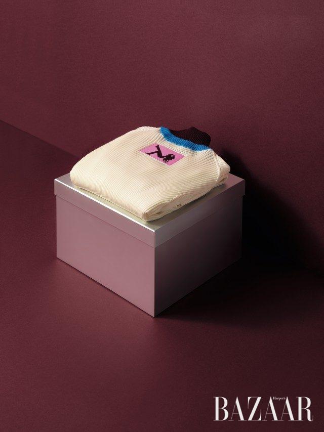 하우스의 전설적인 캠페인 모티프가 뒷면에 장식된 터틀넥은 1백19만원으로 Calvin Klein 205W39NYC 제품.