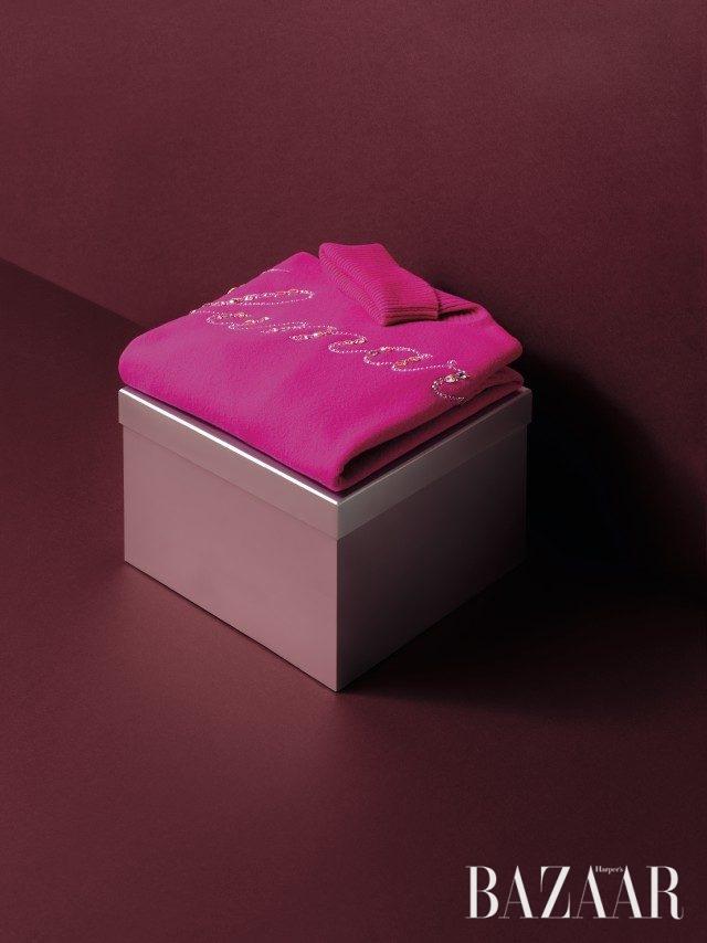 크리스털 로고 장식이 포인트인 니트 톱은 1백58만원으로 Blumarine 제품.