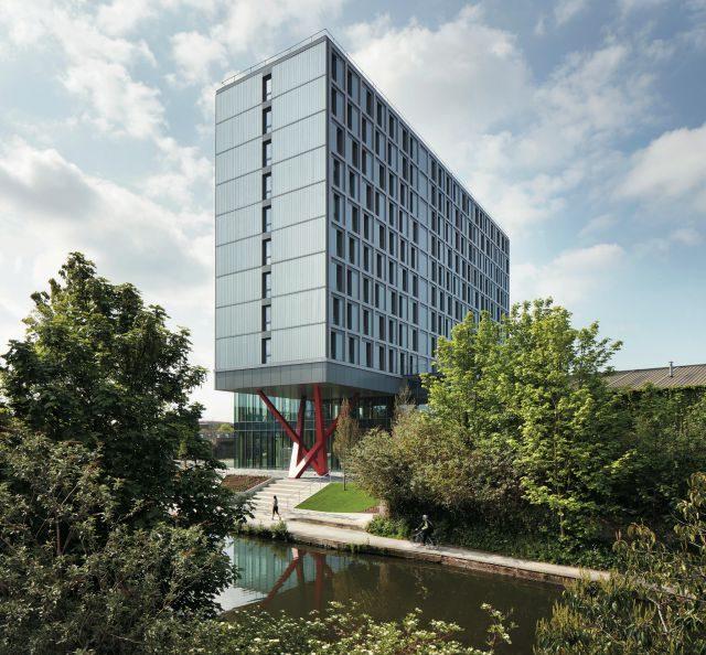 런던 북서쪽 윌레스덴 정션의 더 컬렉티브 올드 오크는 전 세계 최대 규모의 코리빙 스페이스로 전용 건물에 5백50가구가 산다. 출입구가 있는 1층은 부티크 호텔 로비를 닮았다.