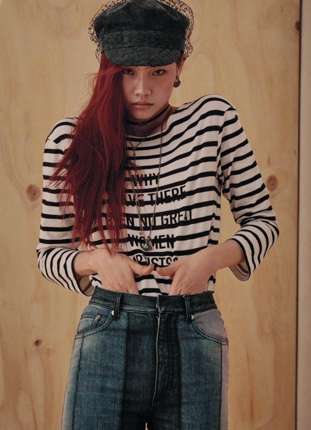 레터링이 가미된 티셔츠, 데님 팬츠, 데님 헌팅캡, 귀고리, 초커, 레이어드한 롱 목걸이는 모두 Dior 제품.