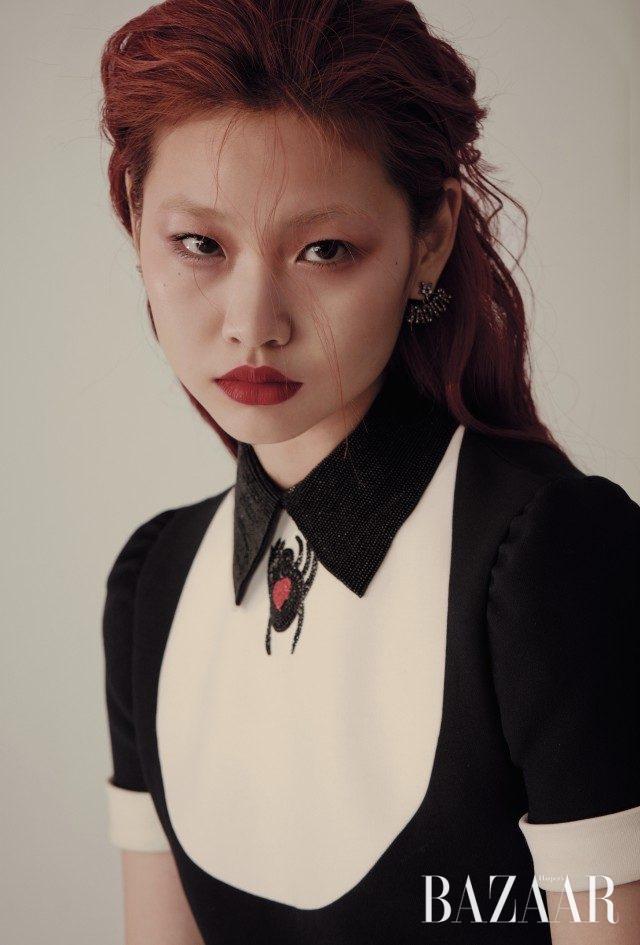 하트를 품은 거미 일러스트가 돋보이는 프린세스 드레스, 로고 모티프의 언밸런스 귀고리는 모두 Dior 제품.