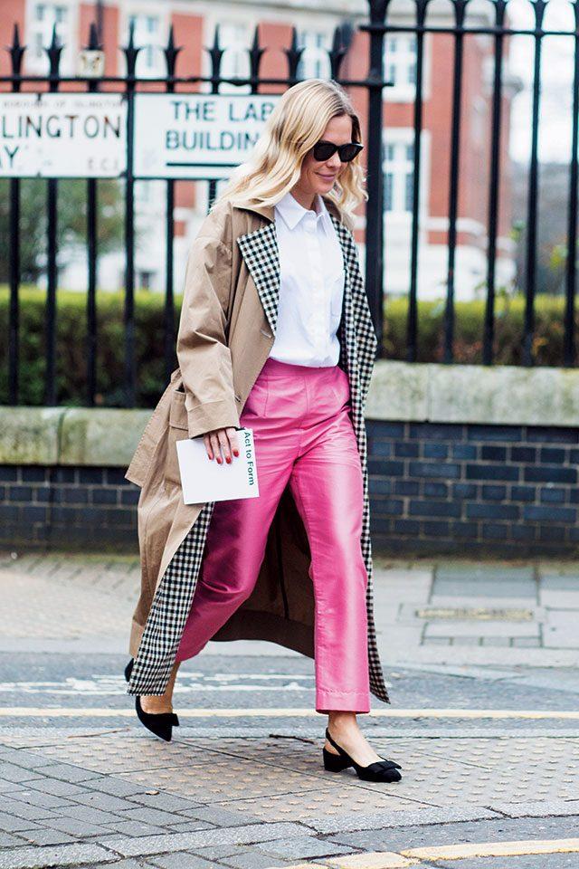 여성스러운 핑크 팬츠로 클래식한 트렌치 룩에 생기를 불어넣은 블로거 제시 부시.