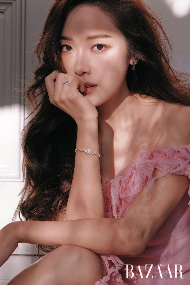 핑크 투어멀린이 세팅된 '피아제 로즈' 이어링, 두 개의 장미꽃을 형상화한 '피아제 로즈' 링, 스타일링에 여성스러움을 더하는 '피아제 로즈' 브레이슬릿은 모두 Piaget, 드레스는 Blumarine 제품.