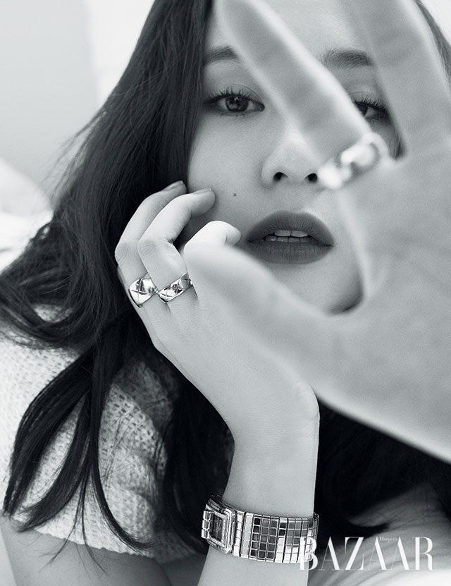 직사각형 베젤을 따라 다이아몬드가 세팅된 '코드 코코' 시계, 양손에 착용한 '코코 크러쉬' 반지는 모두 Chanel Watch & Fine Jewelry 제품.