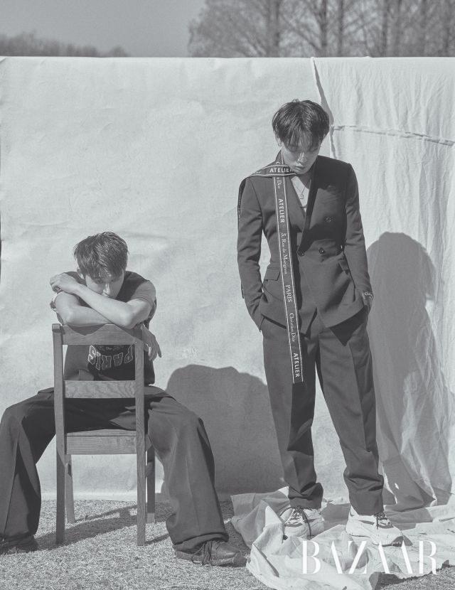 (왼쪽부터) 비아이가 입은 셔츠와 베스트, 웨이스트 밴드 디테일 와이드 팬츠, 스니커즈는 모두 Dior Homme 제품. 바비가 입은 수트와 네크 장식, 스니커즈는 모두 Dior Homme, 주얼리는 바비 본인 소장품.