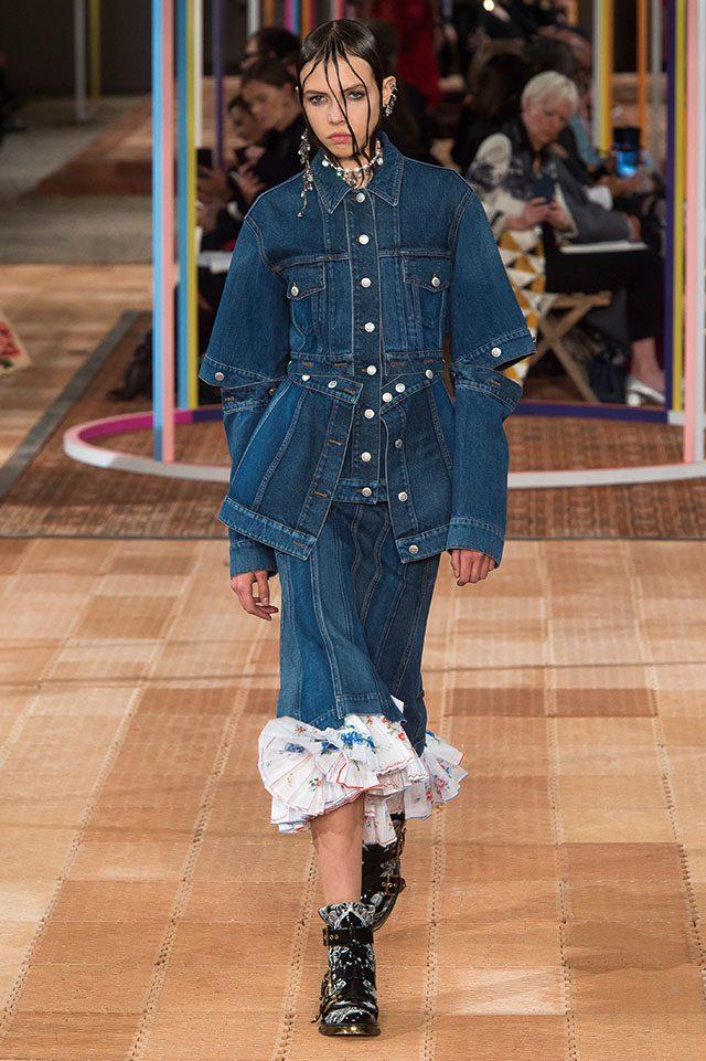 Alexander McQueen단추로 다채로운 실루엣 변형이 가능한 재킷을 선보인 알렉산더 맥퀸. 헤어와 주얼리로 특유의 그로테스크 감성을 가미했다.