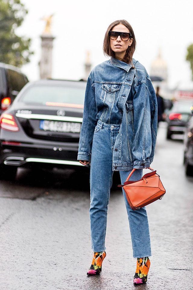 Street of Paris다소 난해한 재킷은? 동일한 컬러의 데님 팬츠와 마치 한 벌인 양 매치해볼 것. 여기에 보색 아이템으로 포인트를 준 센스.