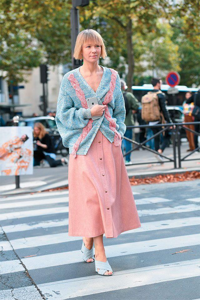 디자이너 비카 가진스카야는 블루와 핑크의 조합으로 파스텔 룩을 완성했다.