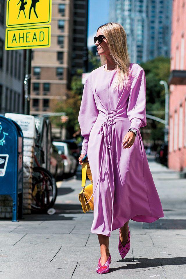 은은한 핑크 컬러와 의외의 조화를 보여주는 선명한 옐로와 핫 핑크 컬러.