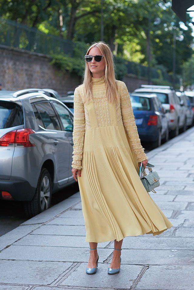 발렌티노의 부드러운 옐로 드레스를 선택한 패션 블로거 샬럿 그로에네벨드.