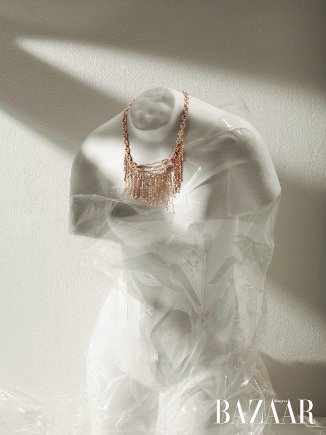 펑키한 옷핀 디테일이 인상적인 다이아몬드 풀 파베 세팅의 체인 프린지 목걸이는 Hermès 제품.