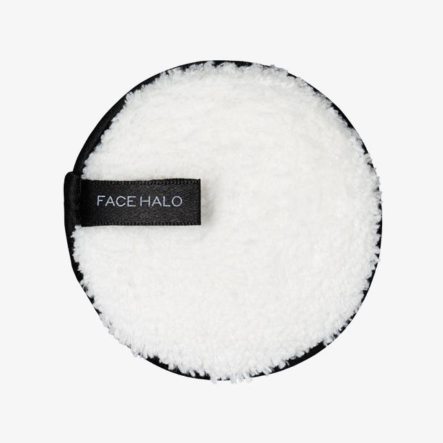 Face Halo by Olive Young  물에 적셔 사용하는 클렌징 퍼프. 극세사 패드가 부드럽게 노폐물을 제거해준다. 1개입, 1만1천원.