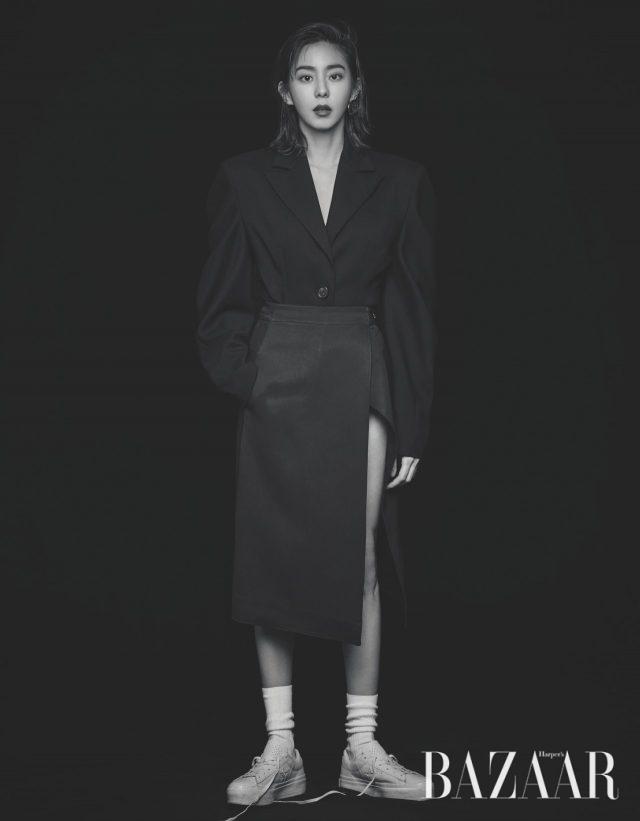 오버피트 파워 숄더 실루엣의 보디수트 재킷은 YCH, 레이어드한 랩 스커트는 H&M, 원형 디자인 귀고리는 Get Me Bling, 스니커즈는 Converse 제품.