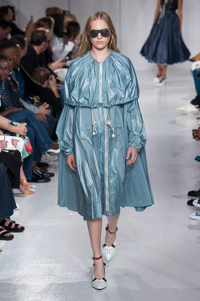 Calvin Klein 아노락을 드레스처럼 연출한 캘빈 클라인. 광택이 느껴지는 소재부터 독특한 형태의 선글라스, 장식적인 펌프스는 미래적인 무드를 가미하기도.