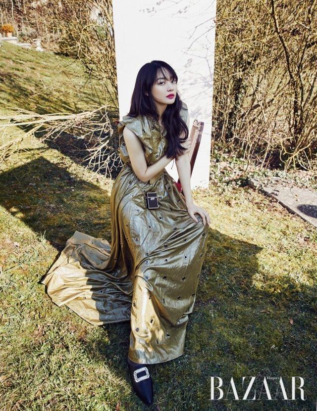 로고 디테일의 시가렛 케이스, 블로퍼로 연출 가능한 '바부슈 비브' 슬립온은 모두 Roger Vivier, 드레스는 Bottega Veneta 제품.