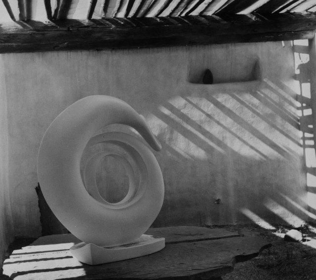 애비퀴우의 'Roofless Room'에 놓여 있는 오키프의 조각작품, 1981. © Todd Webb