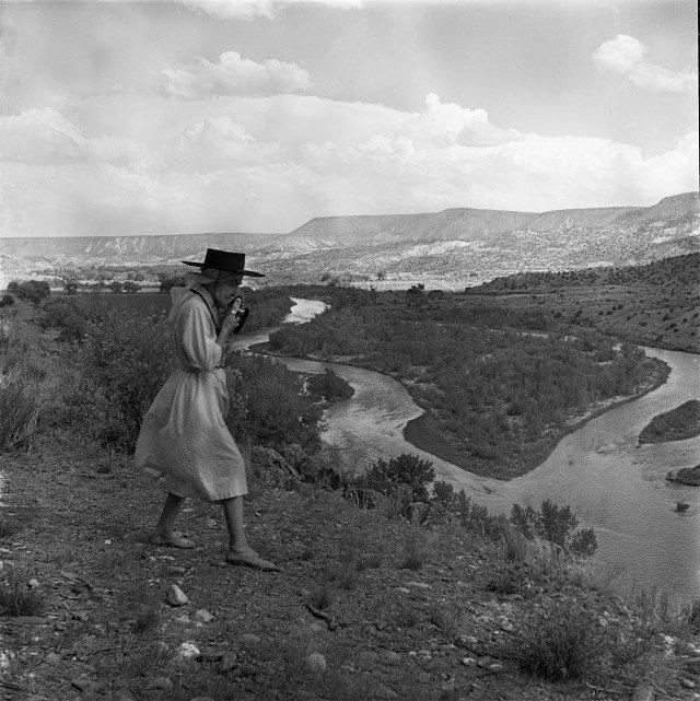 차마 강을 사진에 담고 있는 조지아 오키프, 1961. © Todd Webb