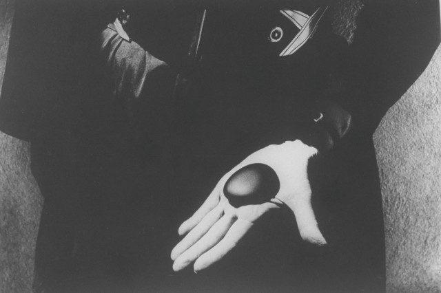 오키프가 가장 좋아하는 돌멩이를 손바닥에 올려놓았다. 1968.Photo: John Loengard / The LIFE Picture Collection / Getty Images