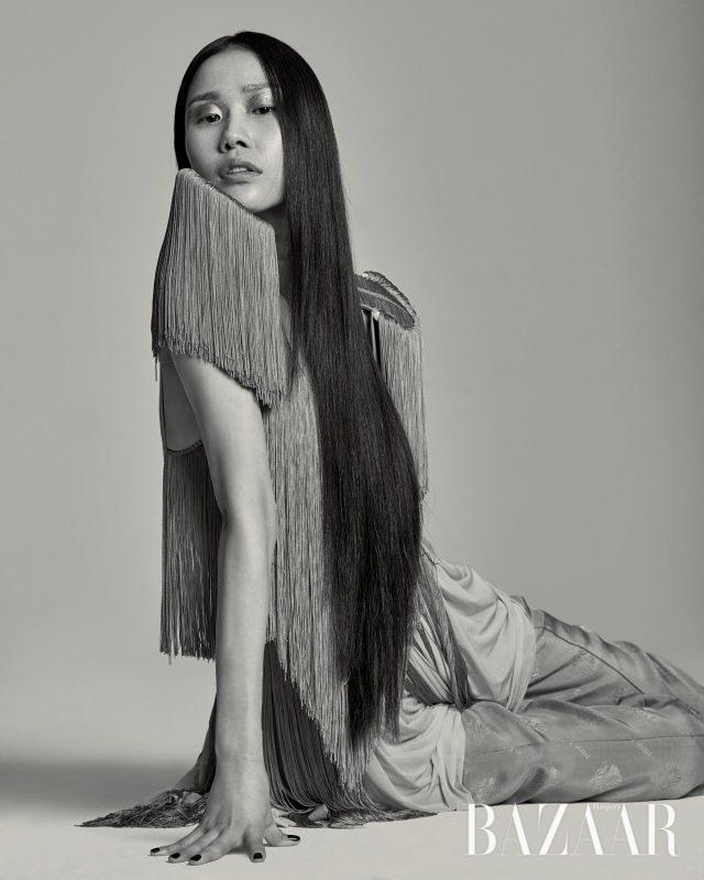태슬 디테일로 만들어진 드레스, 어깨 장식, 루스한 실루엣의 팬츠는 모두 가격 미정으로 Nina Ricci 제품.