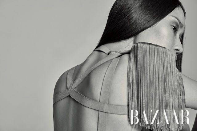 태슬이 드리워진 어깨 장식은 가격 미정으로 Nina Ricci 제품.