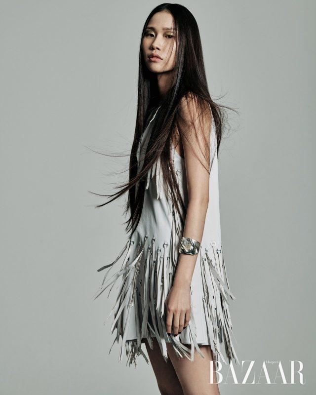 미니멀한 디자인의 가죽 미니 드레스는 800만원대로 Bottega Veneta, 실버 커프는 18만5천원으로 Cornelia Webb by My Boon 제품.