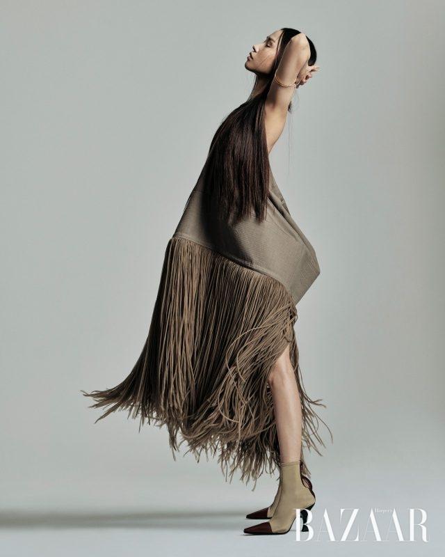홀터넥으로 연출한 구조적인 형태의 드레스, 앵클부츠는 모두 가격 미정으로 Céline, 팔찌는 62만원으로 Loewe 제품.
