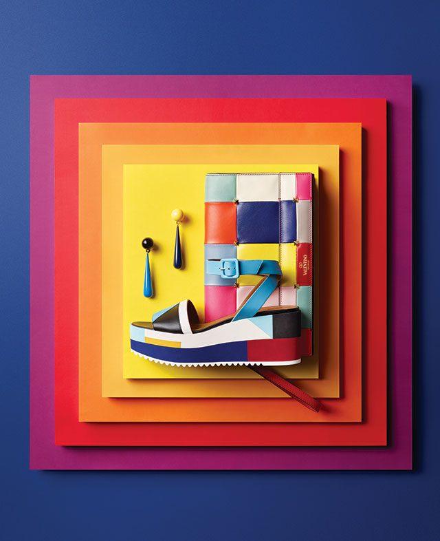 (위부터) 컬러 블록 패치워크가 특징인 클러치 백은 가격 미정으로 Valentino Garavani, 물방울 모티프 귀고리는 각각 25만원으로 Toga by BOONTHESHOP, 기하학적인 컬러 블록의 스트랩 힐은 가격 미정으로 Hermès 제품.