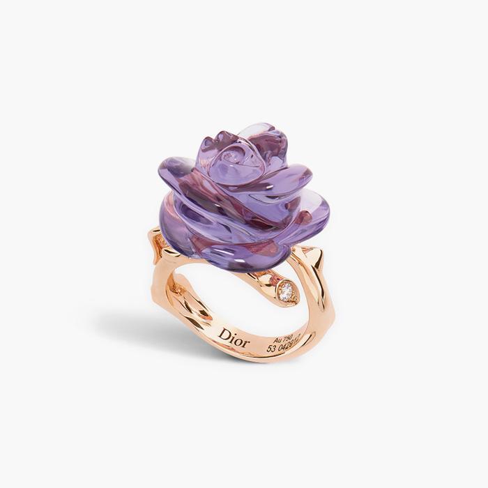 보랏빛 로즈 디올 프리 카텔란(Rose Dior Pré Catelan)컬렉션 링은 Dior Fine Jewelry 제품