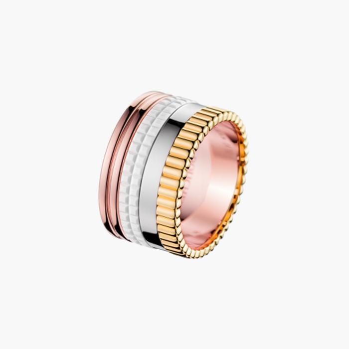 엄지손가락에 착용한 '콰트로 화이트 라지' 반지는 Boucheron 제품.