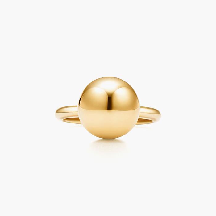 심플한 링에 볼 장식이 가미된 '하드웨어 볼 링'은 Tiffany & Co 제품.