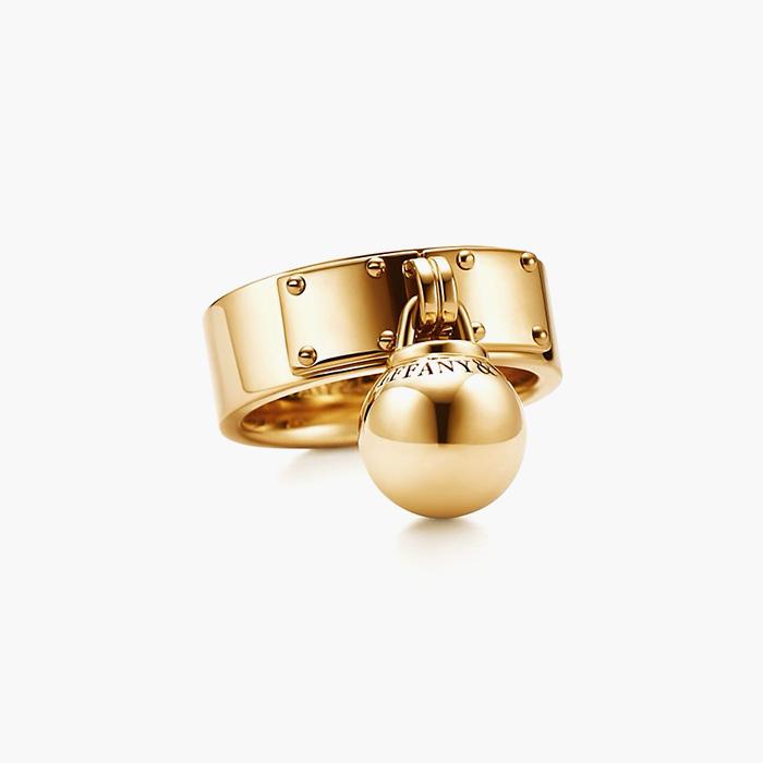 볼드한 디자인의 '하드웨어 볼 댕글 링'은 Tiffany & Co 제품