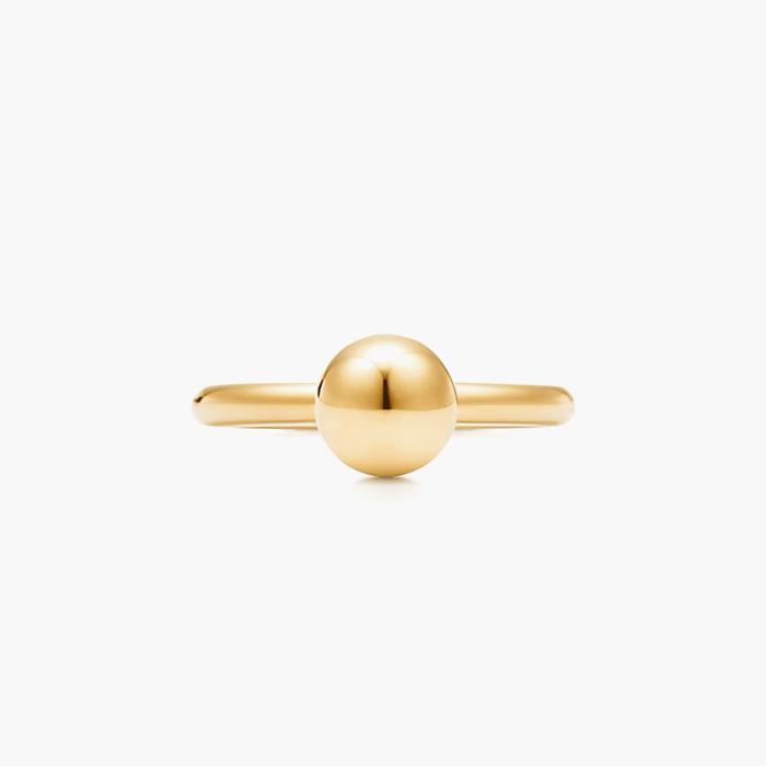 작은 볼 장식이 더해진 '하드웨어 볼 링'은 Tiffany & Co