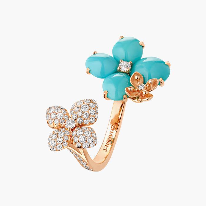 푸른 라피스 라줄리 세팅과 다이아몬드가 어우러진 호텐시아 오브 로제 링은 Chaumet 제품.