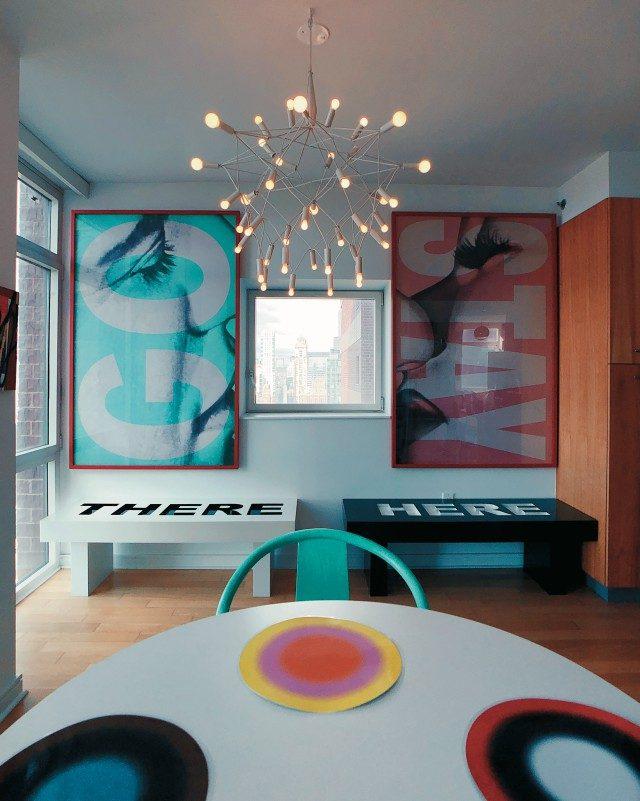바바라 크루거(Barbara Kruger)의 'Untitled (Go/Stay)'(2006), 샨텔 마틴(Shantell Martin)의 'Here and There'(2014) 설치 전경. ⒸSusi Kenna