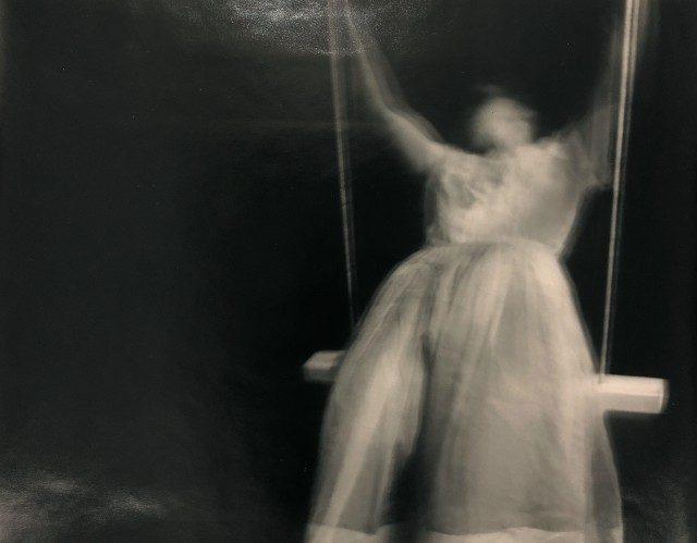 2018년 4월 6일에 열리는 프로젝트아트 전시에 출품되는 젠 도니케(Jen DeNike)의 사진 'Swing'(1989).