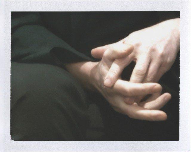 정돈된 손톱의 새하얀 마이클 보레만스의 손.