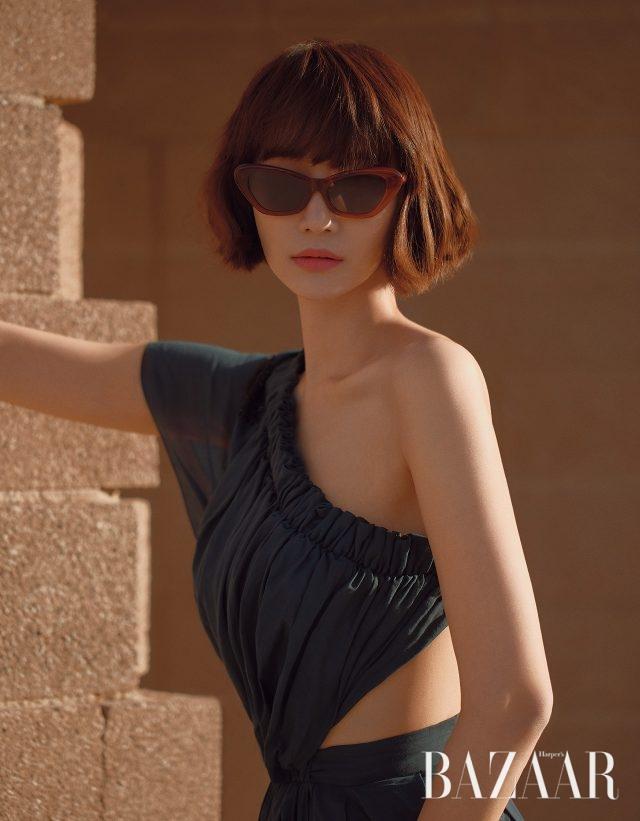 원 숄더 드레스는 Fendi, 레트로 무드의 선글라스는 Mercato 제품.