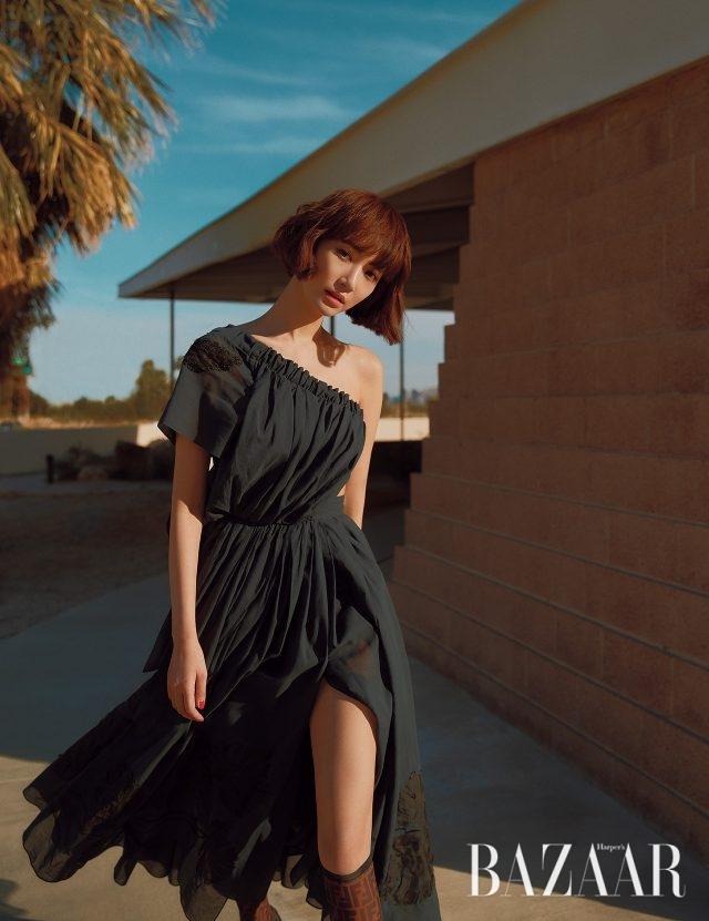 컷아웃 디테일의 원 숄더 드레스, 로고 디테일의 부츠는 모두 Fendi 제품.