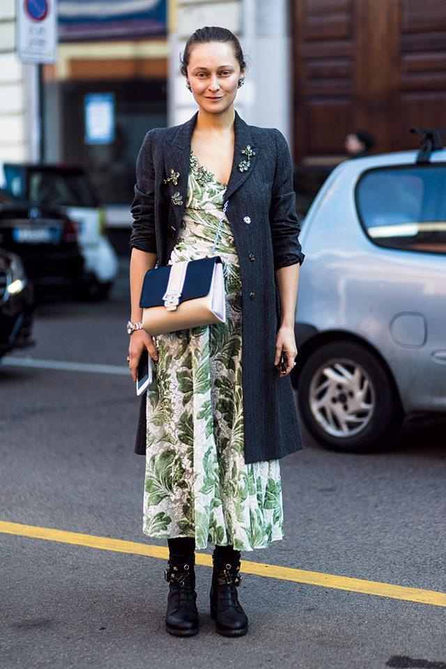브로케이드 플라워 드레스에 캐주얼한 부츠를 매치한 탁월한 감각이 돋보인다.