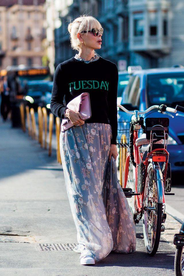 플라워 롱 드레스를 캐주얼한 레터링 니트와 스니커즈에 매치한 세련된 스타일링.