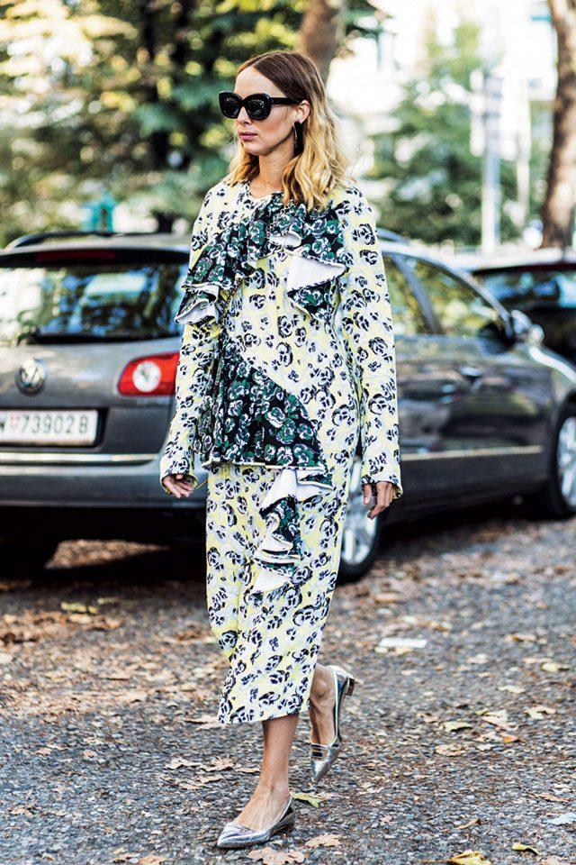 과장된 프릴 디테일의 플라워 드레스에 실버 포인티드 플랫 슈즈를 매치해 모던함과 편안함을 모두 추구했다.