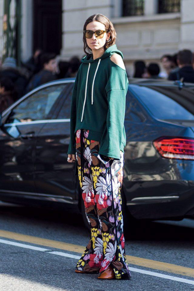 볼드한 패턴의 플라워 팬츠를 캐주얼한 후드 티셔츠로 드레스 다운한 패션 블로거 에리카 볼드린.