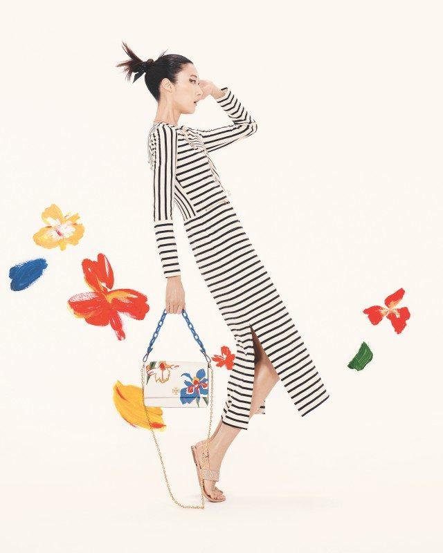 스트라이프 맥시 드레스는 49만8천원, 플라워가 그려진 미니 백은 89만원으로 모두 Tory Burch 제품.