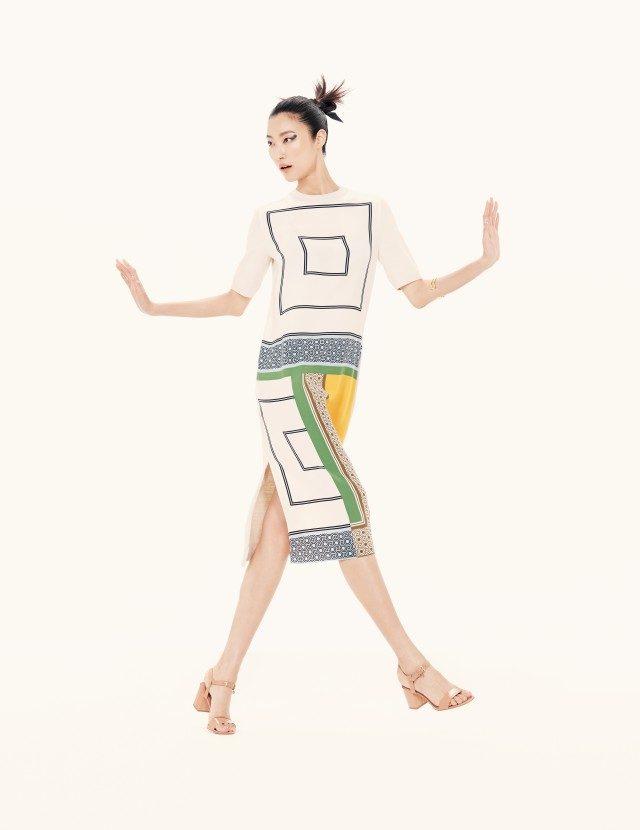 데이비스 힉스의 프린트에서 모티프를 가져온 드레스는 69만8천원, 골드 커프는 25만원, 앵클 스트랩 샌들은 45만8천원으로 모두 Tory Burch 제품.