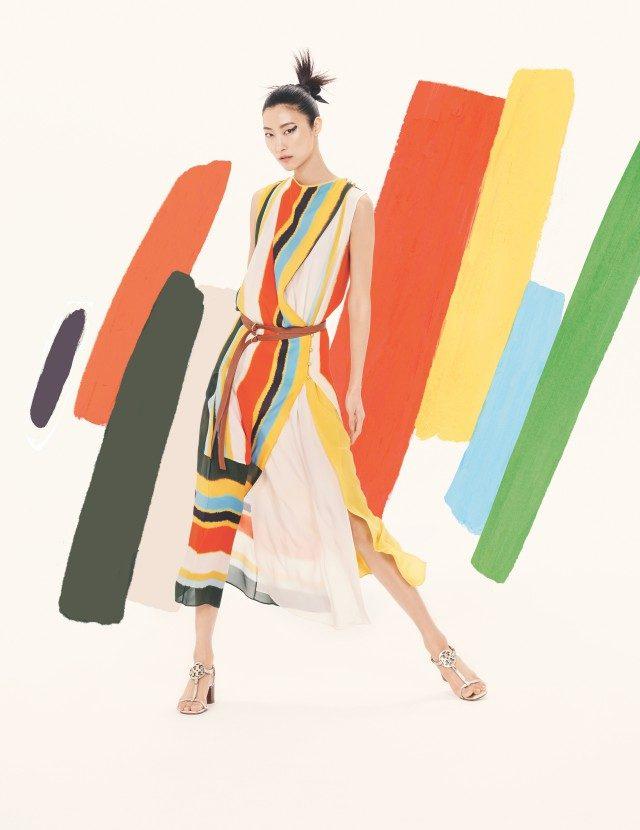 멀티 스트라이프 패턴의 랩 드레스는 110만원, T 스트랩 샌들은 42만8천원으로 모두Tory Burch 제품.