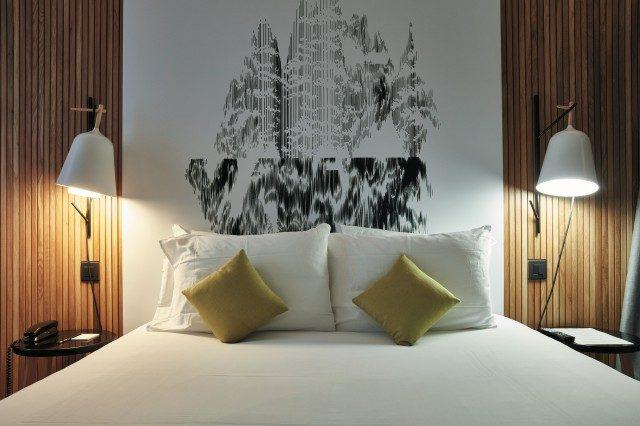 압델카데르 벤샤마의 작품이 침대의 헤드로 되어 있는 방.