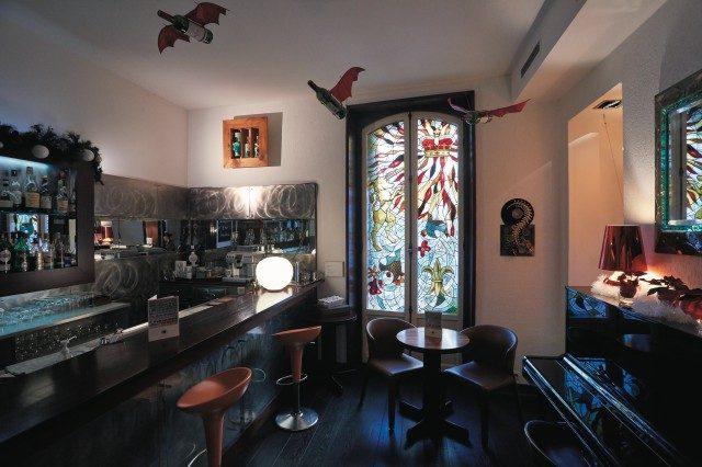 윈저 호텔의 바. 아름다운 스테인드글라스와 날아다니는 병을 재현해 놓은 작품이 재미있다.