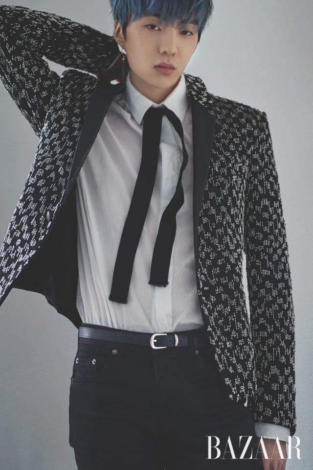 재킷, 셔츠, 스카프, 팬츠는 모두Saint Laurent, 벨트는 스타일리스트 소장품.