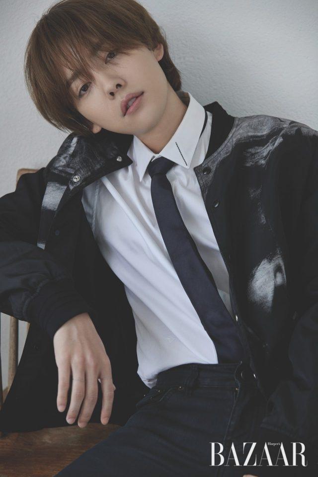 보머 재킷, 셔츠는 모두 Dior Homme, 타이, 팬츠는 스타일리스트 소장품.