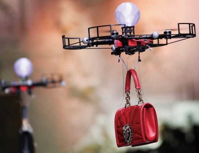 @Dolce & Gabbana모델 대신 백을 들고 런웨이에 등장한 드론의 캣워킹!